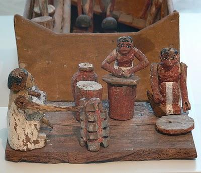 Figuras de madera: nubios de la 12 dinastía haciendo cerveza.
