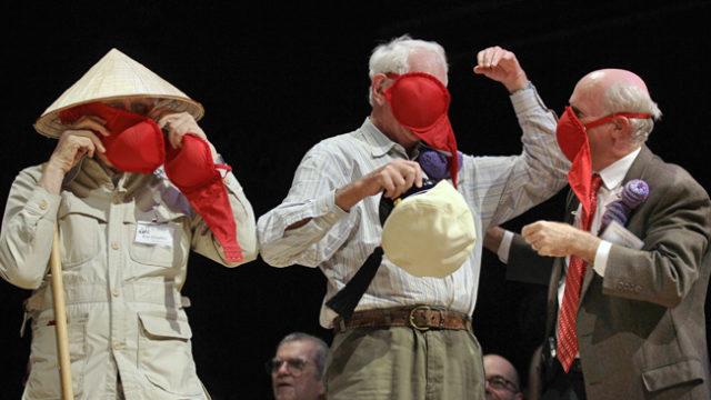 Presentadores del igNobel probando el sujetador-máscara antigás.