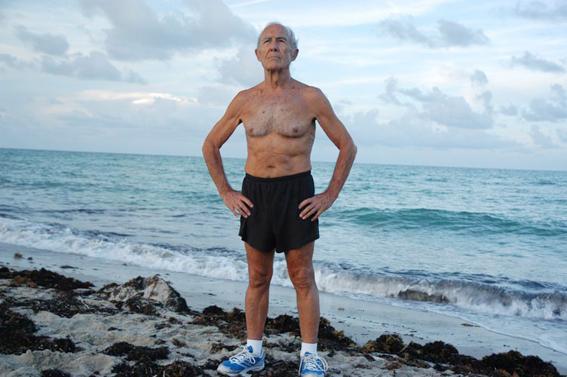 Este señor dice que bebe litro de agua marina al día ¡Magufo!