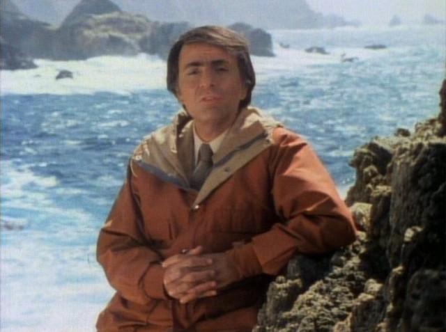 Carl Sagan, en una de las primeras escenas de 'Cosmos'.