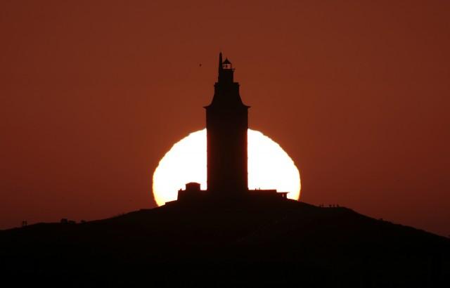 El Sol tras la Torre de Hércules. Autor: Oscar Blanco
