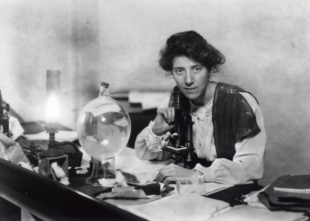 Marie Stopes en su laboratorio en Munich