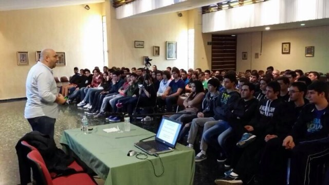 Unos 200 chavales del Instituto Hispano-Inglés llenaron el Salón de actos