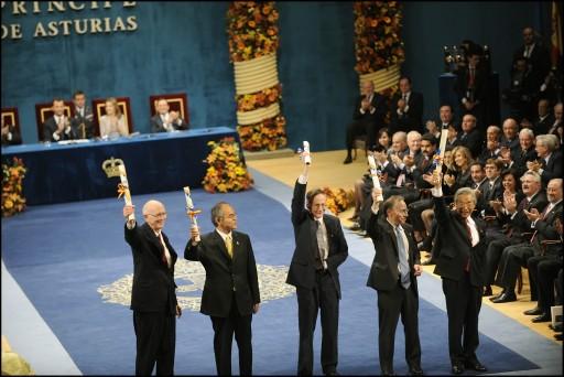 Galardonados con el Premio Príncipe de Asturias de Investigación Científica y Técnica, 2008. A la derecha de la imagen, Sumio Iijima.