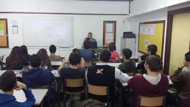 """Aunque se ve bastante difuso, en la pantalla tenéis a Scientia y su charla de """"El huevo y la niña"""" en Naukas Bilbao 2013"""