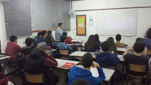 La clase se llena y muchos alumnos se quedan voluntariamente en el recreo para ver charlas Naukas