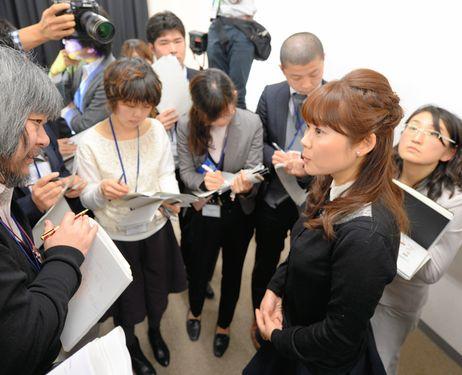Haruko Obokata explicando a la prensa sus experiencias con el ácido