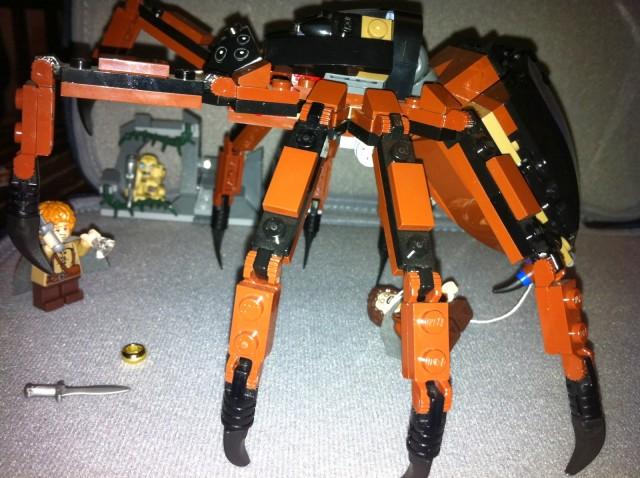 El nuevo aguijón abdominal de mi araña LEGO modificada en acción