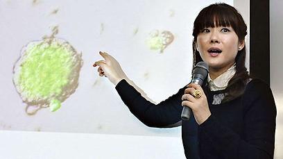 Haruko Obokata, la primera autora de los artículos que describen este avance, presentando sus resultados.