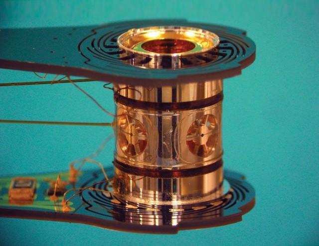 El cilindro metálico es llamado hohlraum. El blanco esférico que contiene el combustible (la mezcla de deuterio y tritio criogenizados) se encuentra en su interior  Imagen