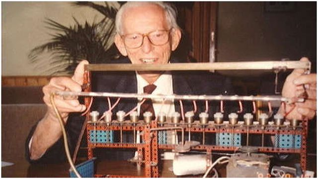 Wichterle en 1990 junto al aparato casero construido con piezas del Merkur  con el que produjo las primeras lentillas