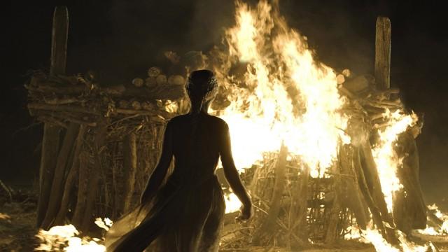 Daenerys entrando a la pira funeraria. Fuente