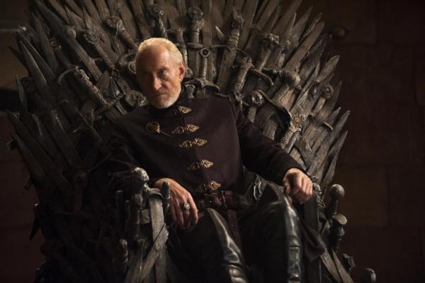Tywin Lannister en el Trono de Hierro. Fuente
