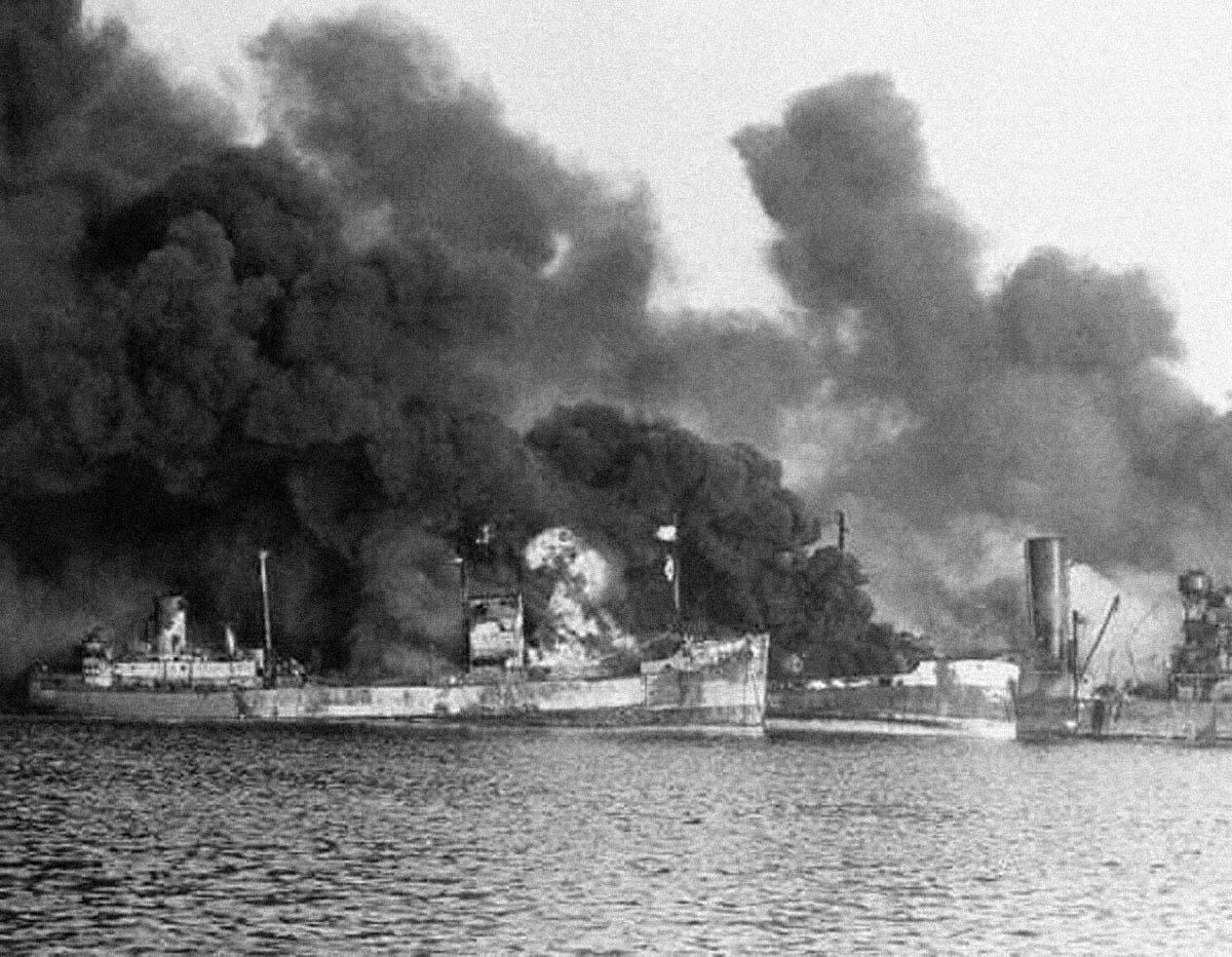 El SS John Harvey de la armada de EEUU liberando su carga tóxica en el puerto de Bari durante la II Guerra Mundial