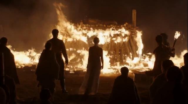 Daenerys observando la pira funeraria de Khal Drogo. Fuente