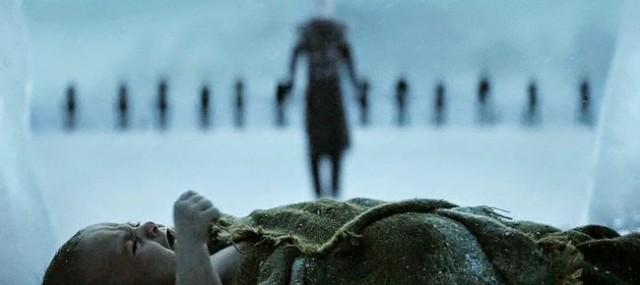 Uno de los hijos de Craster y un Caminante blanco acercándose. Fuente