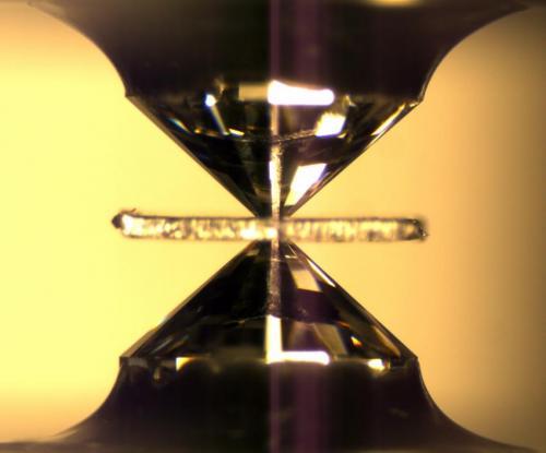 Experimentos en el yunque de diamante para estudiar las reacciones minerales a alta presión y temperatura. Steve Jacobsen / Northwestern University
