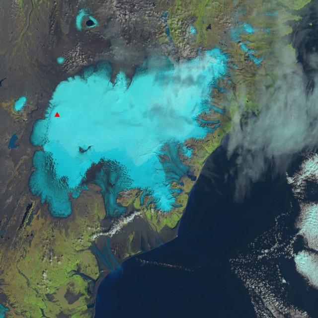 El pasado día 21 de Agosto el Landsat 8 fotografiaba Vatnajökull. El triángulo rojo corresponde con la posición de Bárðarbunga. El color azul claro se corresponde con el hielo.