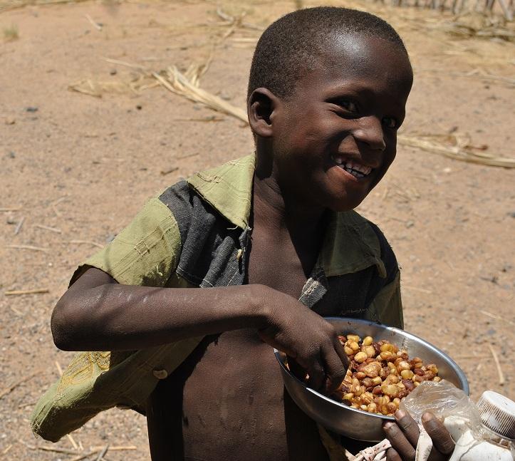 ¡Quién sabe si con este gesto, este niño se estará vacunando en un futuro!