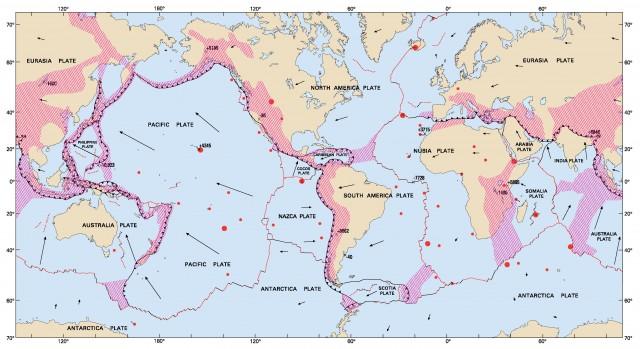 Límites de placas actuales. En rojo, los límites divergentes, en negro, los transformantes y la línea con dientes de sierra muestra los márgenes convergentes. El sombreado a rayas rojas indica un límite difuso, donde la deformación provocada por estos procesos ocurre a lo largo de cientos o miles de kilómetros. USGS.
