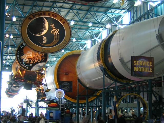 El Saturno V reataurado en todo su esplendor en su nuevo edificio (Richard Smith)