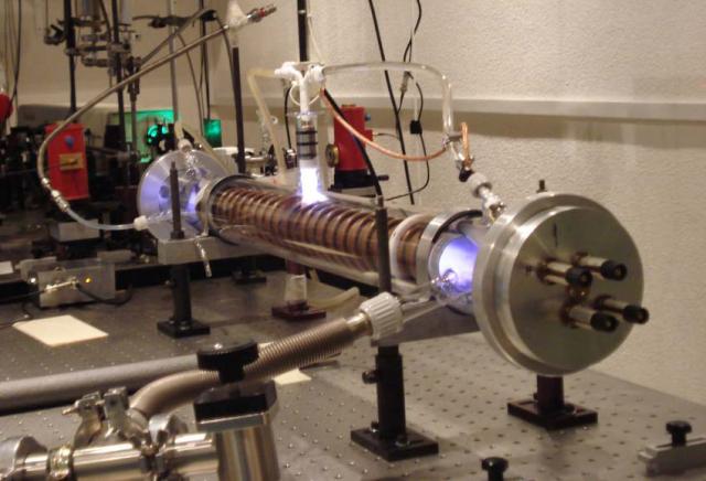 Vista completa de la descarga en cátodo hueco, donde se aprecia la luz emitida por el plasma formado en su interior. Créditos: IEM-CSIC