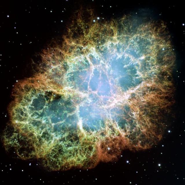 Nebulosa del Cangrejo. : Barlow y asociados daban a conocer en el año 2013 la detección del argón protonado, en concreto el isotopólogo 36ArH+, hallado en los espectros de emisión de la nebulosa del Cangrejo durante una búsqueda de líneas de monóxido de carbono (CO). Créditos:  NASA, ESA, J. Hester and A. Loll (Arizona State University).