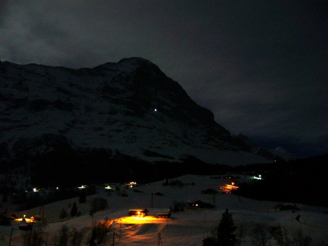 Vista nocturna del Eiger. La luz que hay en mitad de la ladera norte procede de los ventanales de la estación de Eigerwand.