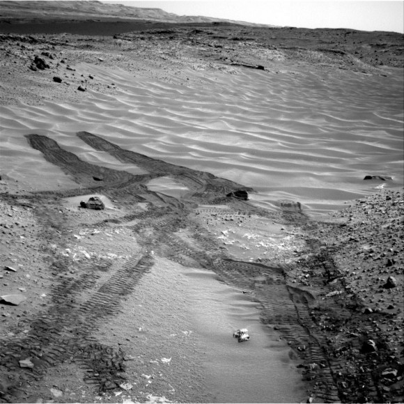 Mars-Curiosity-rover-tracks-Hidden-Valley-Sol717-Right-Navcam-PIA18599-br2-580x580