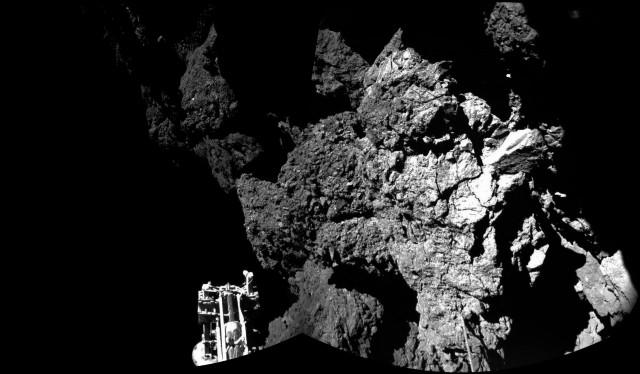 El modulo Philae de Rosetta estabilizado en la superficie del cometa 67P/Churyumov-Gerasimenko tras rebotar 2 veces en su superficie (fuente ESA)