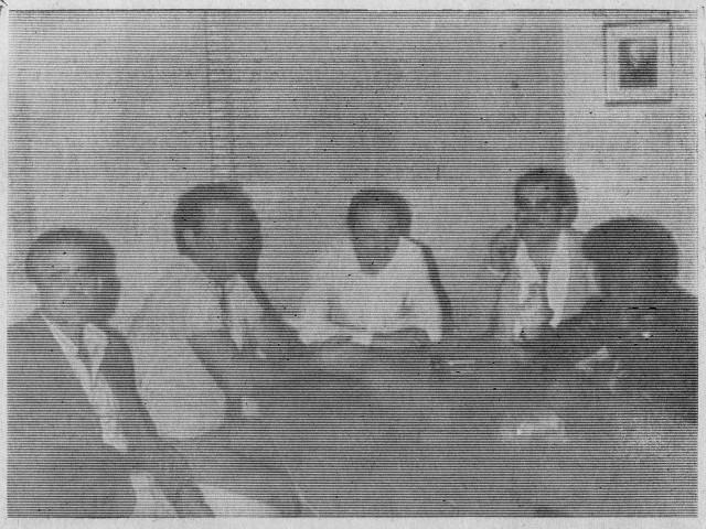 Antonio Tavío, en el centro, y sus compañeros de faena entrevistados en 1974 por Maisa Vidal, periodista de La Tarde