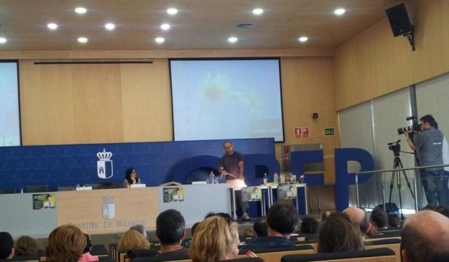 Javier Fdez. Panadero realizando sus experimentos en el evento Naukas en el Aula - Toledo