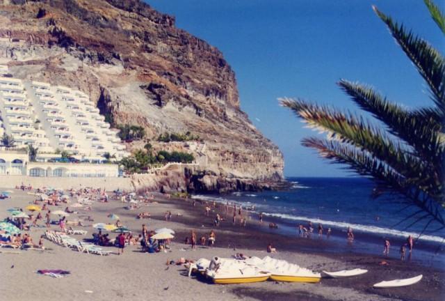 Lugar de autos, la playa de Taurito o del Diablito (Mogán, Gran Canaria) (Foto R. Campo, julio 2002)