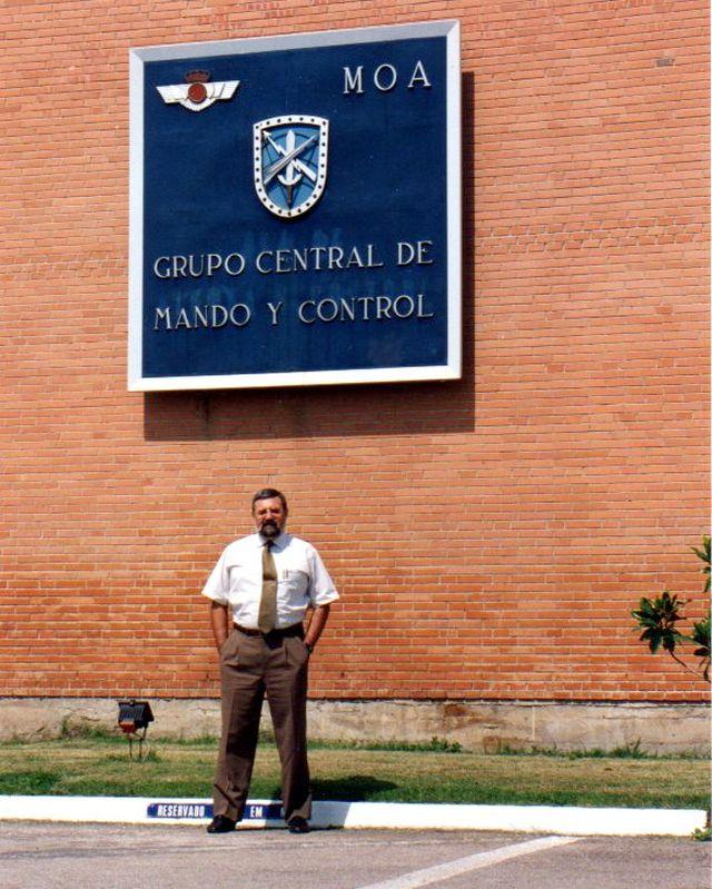 Acceso al Grupo Central de Mando y Control (GRUCEMAC), Base Aérea de Torrejón de Ardoz.  En la foto, uno de los autores (V.J. Ballester Olmos).