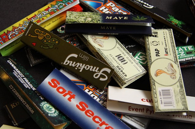 Cigarette rolling papers and joints por Chmee2 Wikicommons