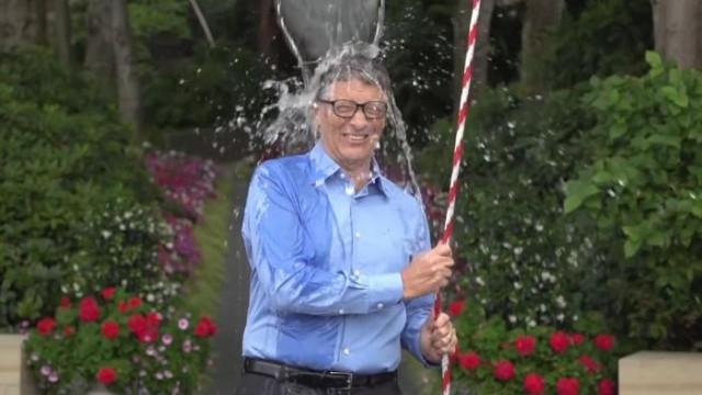 Bill Gates participando en el reto del cubo de agua helada