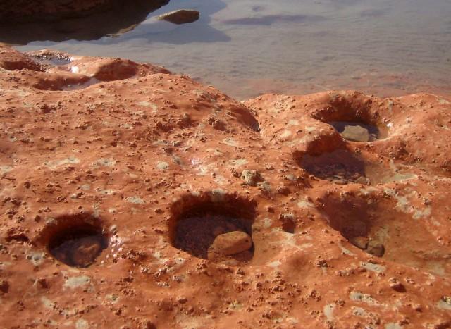 Un escenario parecido a éste pudo intervenir en el origen de la vida: distintos ambientes acuosos en contacto con superficies minerales, que en ocasiones pueden mezclar sus componentes y desencadenar nuevos procesos biosintéticos. Fotografía del autor.