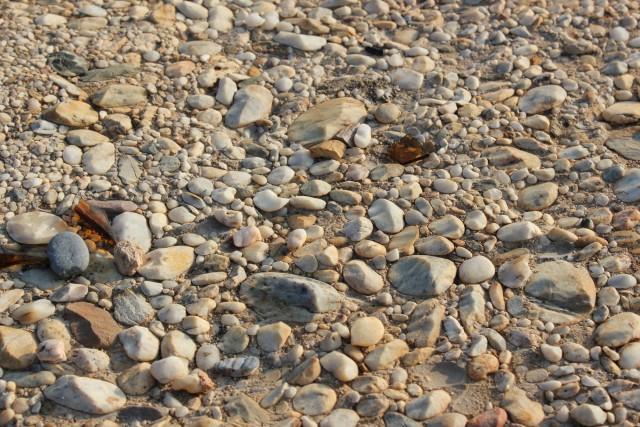 La forma tallada de estas rocas se debe a la erosión eólica por el contacto con granos de arena transportados por el viento, y no por ninguna tecnología alienígena. Nuncan tendrán forma de pirámide porque la dirección del viento en esta zona suele ser una muy dominante, por lo que la erosión es muy desigual.
