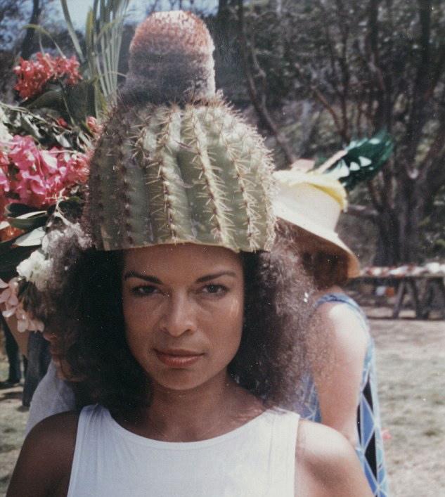 Bianca Jagger con gorro de cactus