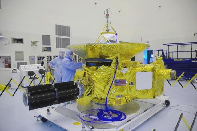 La New Horizons durante su fabricación. (Fuente: NASA.)
