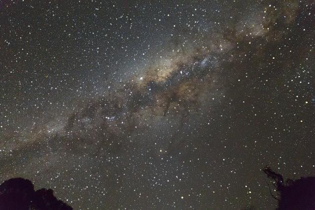 Figura 4. La Vía Láctea vista desde el Observatorio de Siding Spring, NSW, Australia. Se trata de una única imagen tomada en formato RAW, usando un objetivo de 24mm a f2.8, 30 segundos de exposición, con CANON EOS 5D Mark III. Crédito: Ángel R. López-Sánchez.