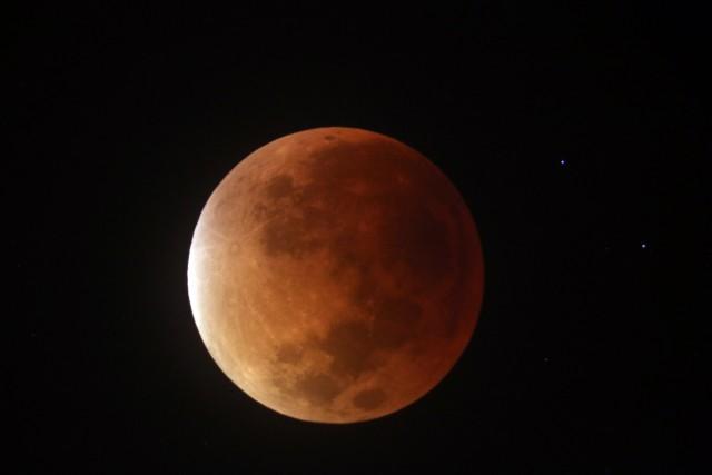 La Luna, con el característico tono rojizo de los eclipses totales, a las 4:44.