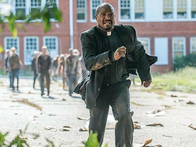 Foto de un misionero guiando a los zombis hacia la barca para cruzar el río.