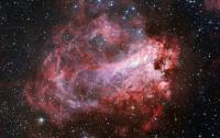 Sensacional toma de la nebulosa M 17 conseguida con el instrumento Wide Field Imager (WFI) instalado en el Telescopio MPG/ESO de 2.2 metros, en el Observatorio de la La Silla (Chile), perteneciente al Observatorio Europeo Austral. Se usaron filtros en colores azules, verdes y rojos, más el filtro especial en hidrógeno-alfa (al que se le asignó también el color rojo) que sólo ve el gas de la nebulosa. Crédito de la imagen: Observatorio Europeo Austral (ESO).