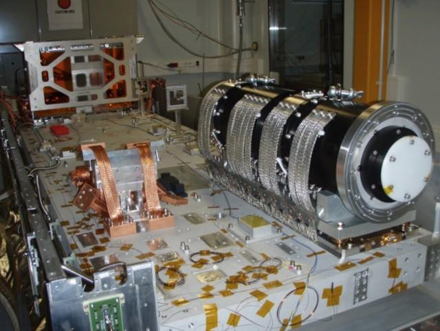 Ensamblaje del canal infrarrojo cercano del instrumento CARMENES en el Instituto de Astrofísica de Andalucía (IAA-CSIC), en Granada (España) antes de ser trasladado al Observatorio de Calar Alto. Crédito: Consorcio CARMENES.