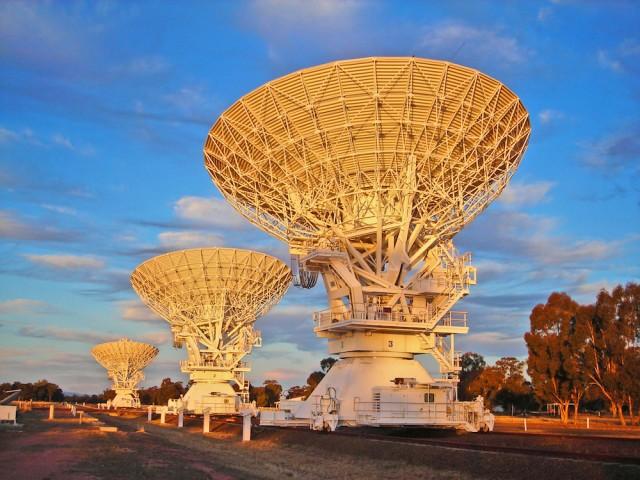 Radio-interferómetro ATCA (Australia Telescope Compact Array, Australia). Desarrollando este complejos de radiotelescopios fue como los científicos instrumentales de Australia Telescope National Facility (ATNF/CSIRO) inventaron el sistema WLAN, que es la base de nuestra WiFI actual. Crédito: Ángel R. López-Sánchez.