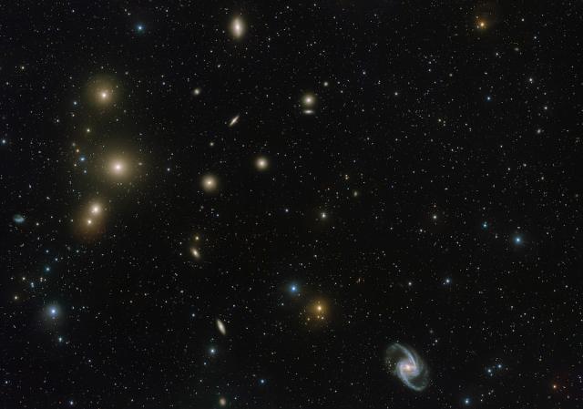 Imagen del centro del cúmulo de galaxias de Fornax obtenida con el telescopio de rastreo del VLT. Crédito: ESO. Agradecimiento: Aniello Grado y Luca Limatola