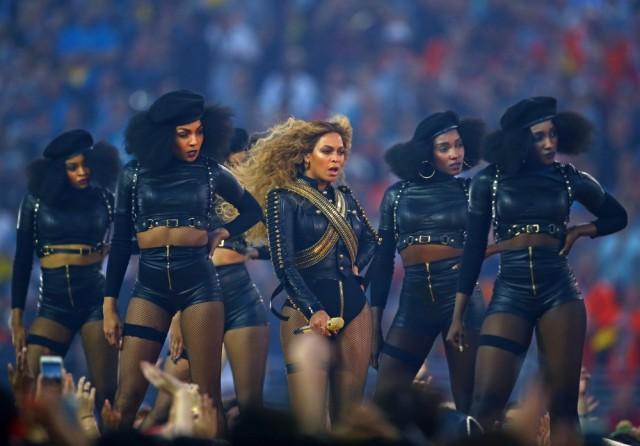 Beyoncé y sus Panteras Negras en la Super Bowl. Fuente