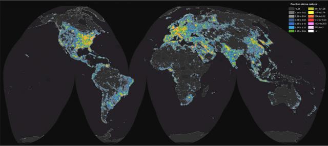 Figura 3: Atlas Mundial del brillo del cielo nocturno causado por luz artificial. Se codifica en colores el cociente del brillo de la región con respecto al brillo natural del cielo. Crédito: Fabio Falchi y colaboradores.