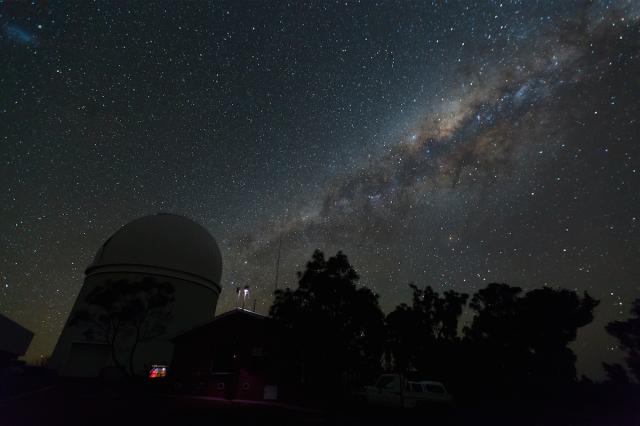 Figura 13: La Vía Láctea sobre el Telescopio Anglo-Australiano, en el Observatorio de Siding Spring (Nueva Gales del Sur, Australia), una noche sin luna en septiembre de 2015. Este observatorio astronómico y el parque nacional en el que se encuentra (Warrunbungle National Park) están nominados a ser la primera reserva natural de Australia libre de contaminación lumínica. Crédito: Ángel R. López-Sánchez.